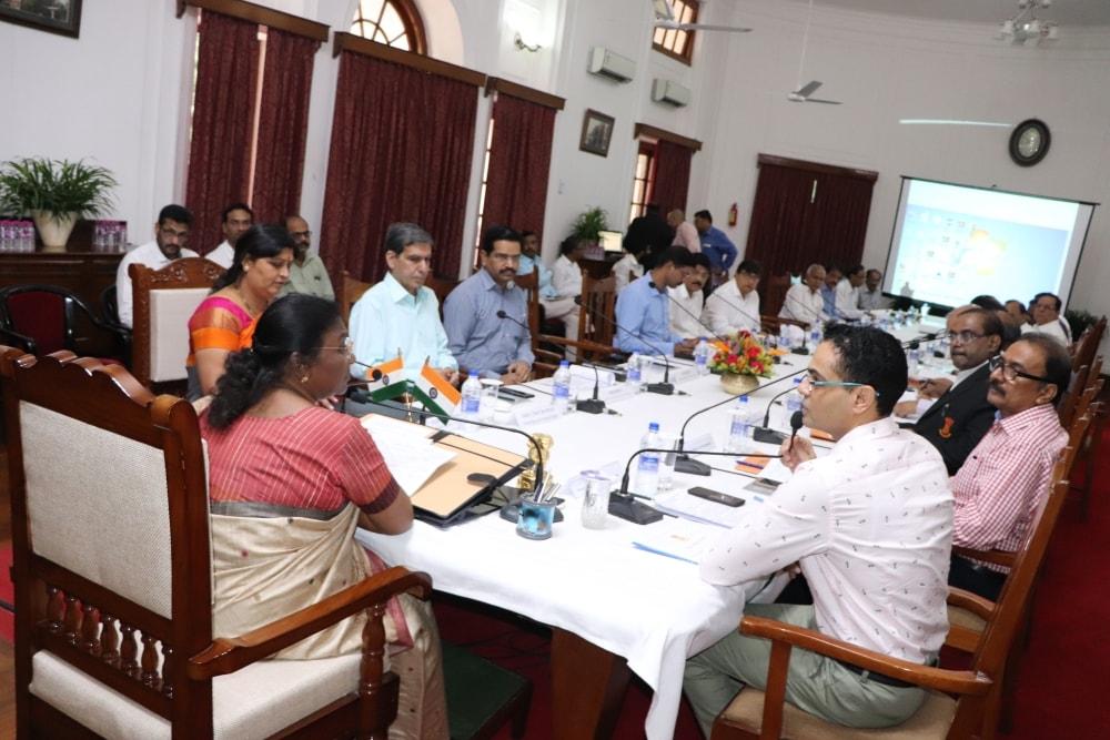 <p>माननीया राज्यपाल-सह-झारखण्ड राज्य के विश्वविद्यालयों के कुलाधिपति द्रौपदी मुर्मू की अध्यक्षता में राजभवन में राज्य के विश्वविद्यालयों की शैक्षणिक एवं प्रशासनिक कार्यप्रगति की उच्चस्तरीय…
