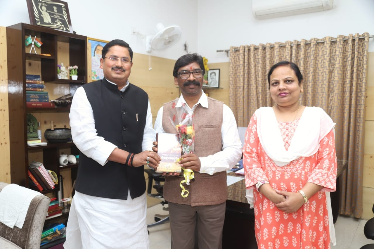 <p>Rana Randhir, Minister of Cooperative Department in the Government of Bihar met with Chief Minister Hemant Soren today on 21/02/2020. It was a courtesy call.</p>