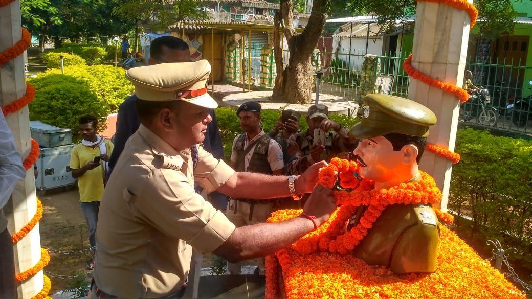 <p>लोहरदगा - तत्कालीन एसपी अजय कुमार सिंह की शहादत पर पुलिस अधीक्षक लोहरदगा अन्य पुलिस पदाधिकारी और जिले वासियों ने माल्यार्पण कर उन्हे श्रद्धांजलि अर्पित की,1995 बैच के आईपीएस अजय…