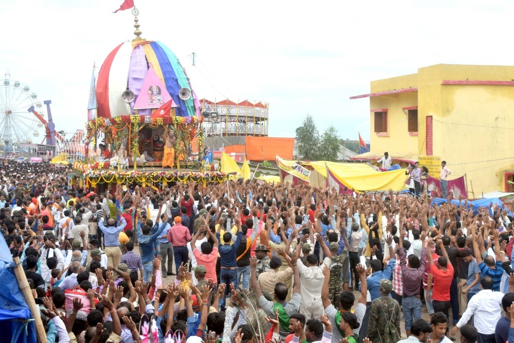 <p>Devotees throng the chariots of Lord Jagarnath, Balabhadra and Subhadra during the return journey of Lord Jagarnath annual Rath Yatra in Ranchi on Tuesday.</p>