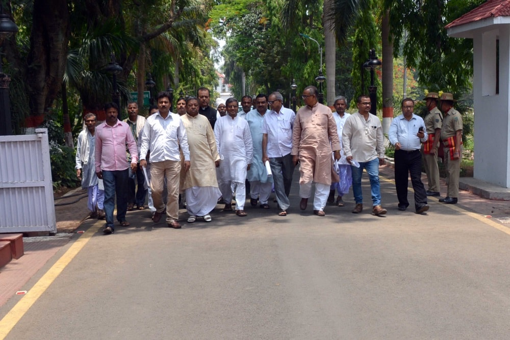 <p>Congress leader and former Union Minister Subodh Kant Sahay, JVD leader and ex CM Babulal Marandi and other Opposition leaders marched toward the Raj Bhawan.Later they met Governor…