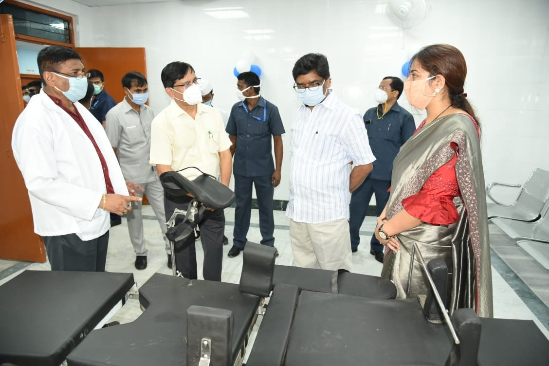 <p>Chief Minister Hemant Soren inaugurating Operation Theater and Ultrasound Machine at Dumka Medical College Hospital.</p>