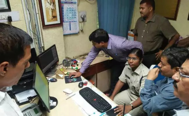 <p>Bank Dacoity in Deoghar.About Rs 17 lakh was collected and taken away by a group of 6 dacoits from SBI's Balaji chowk branch in Deoghar at around 11 am this morning.More details…