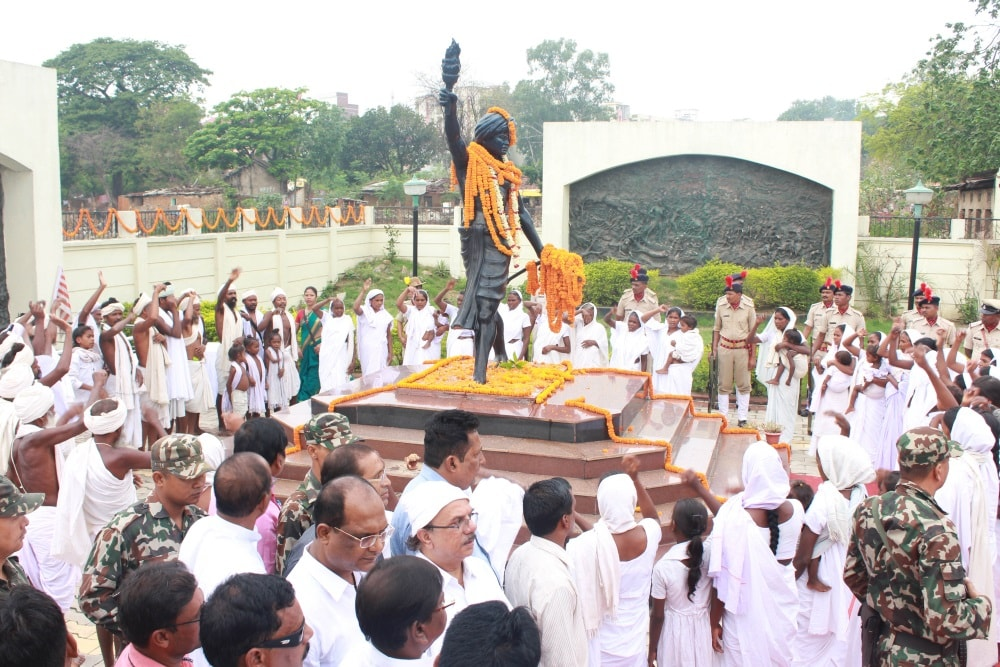 <p>Descendant of Jharkhand's first freedom fighter Bhagwan Birsa Munda, paying floral tribute on the occasion of his death anniversary at Birsa memorial in Ranchi…