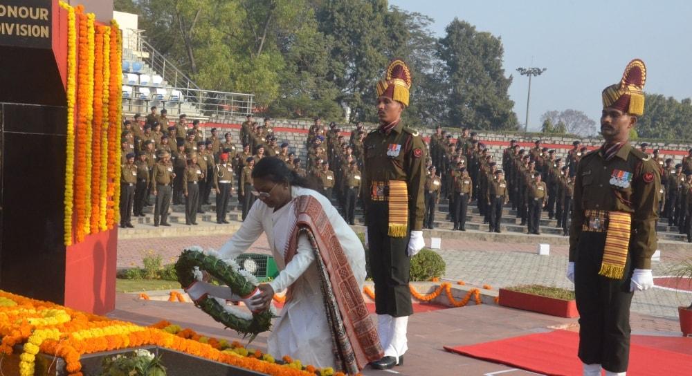 <p>माननीया राज्यपाल द्रौपदी मुर्मू ने शहीद स्मारक दीपाटोली, बूटी मोड़ पर शहीदों को श्रद्धासुमन अर्पीत की |</p>
