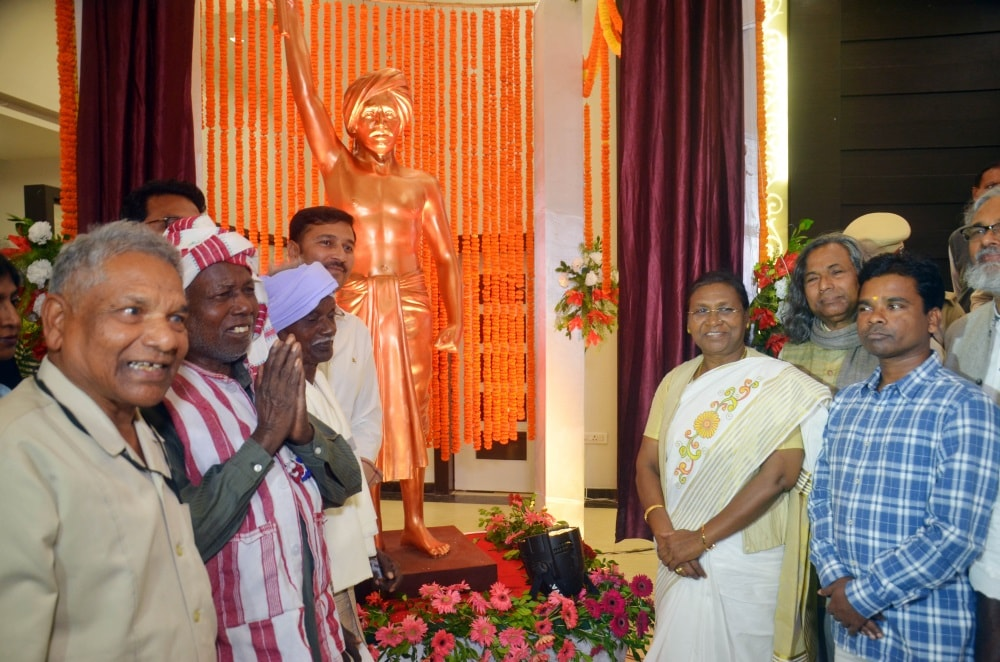 <p>Governor Droupadi Murmu alongwith AJSU Chief Sudesh Kumar Mahto, Padmashri recipients Mukund Nayak and Simon Oraon, and freedom fighter Birsa Munda's close relative Shukhram…