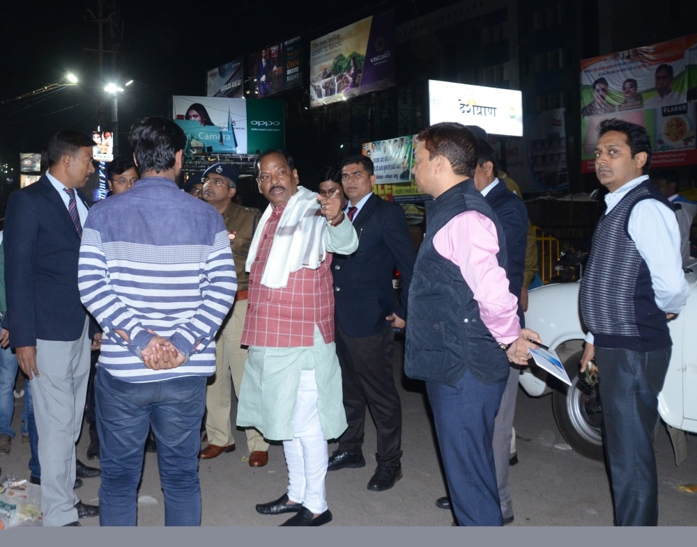 <p>We all have the duty to keep Ranchi clean and free of traffic jams - CM Raghubar Das said this to shopkeepers of Main road Ranchi while on a surprise visit during the night time.</p>…
