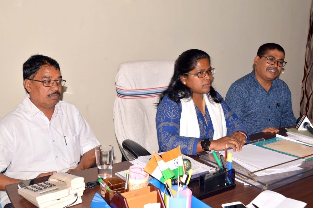 <p>JSCPCR Chairperson Aarti Kujur holds a meeting with members at Collectorate in Ranchi on Saturday.</p>