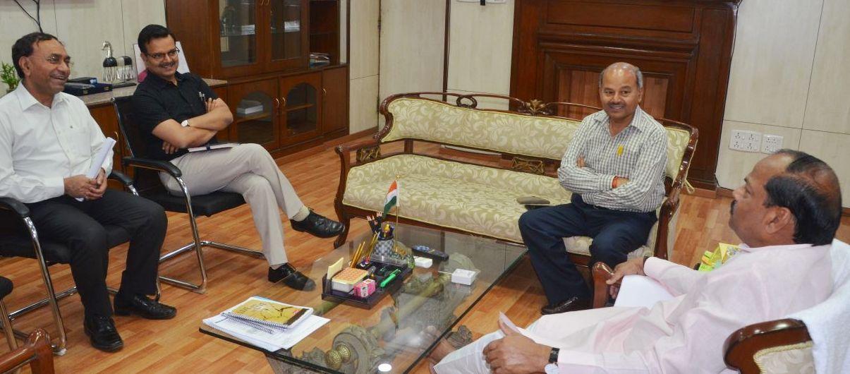 <p>मुख्यमंत्री रघुवर दास से भारत सरकार के कोयला सचिव सुशील कुमार ने मुलाकात की। इस अवसर पर झारखण्ड के खान सचिव सुनील कुमार बर्णवाल एवं कोल इंडिया के चेयरमैन गोपाल सिंह भी उपस्थित थे।</p>…