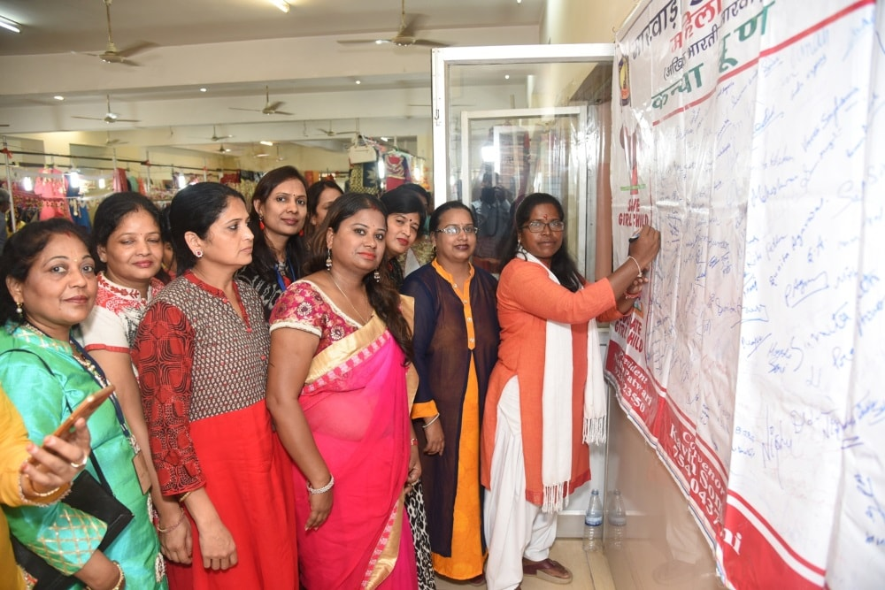 <p>NCPSR Chairperson Arti Kujur while signing against feticide during inaugural ceremony of Diwali Mela organised by Marwari Yuva Munch Samarpan Shakha at Digamber Jain Bhawan Harmu…