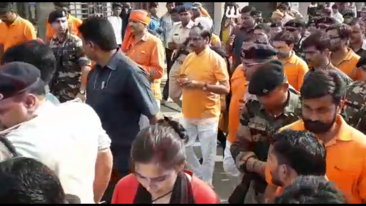 <p>जमशेदपुर - मुख्यमंत्री रघुवर दास ने खुद ही लाइन में खड़ा हो कर भक्तों का उत्साह बढ़ाए,लाइन में लगकर किये जलाभिषेक |</p>