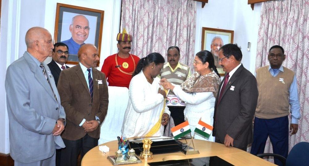 <p>माननीय राज्यपाल द्रौपदी मुर्मू को सैनिक कल्याण निदेशालय झारखण्ड के अधिकारी तथा कर्मचारियों ने ससस्त्र सेना झंडा दिवस के अवसर पर राजभवन में सशस्त्र सेना का झंडा भेंट किया। on dated…