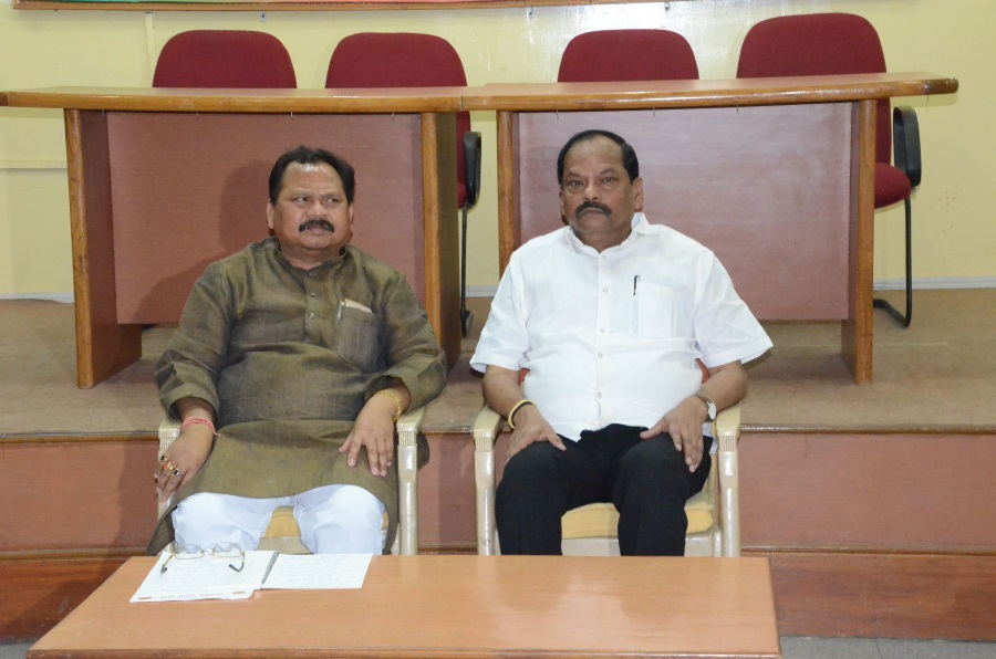 <p>Jharkhand Chief Minister Raghubar Das alongwith State BJP President Laxman Gilua during a review meeting with party leaders regarding Litipara by polls in Ranchi on Monday.</p>…