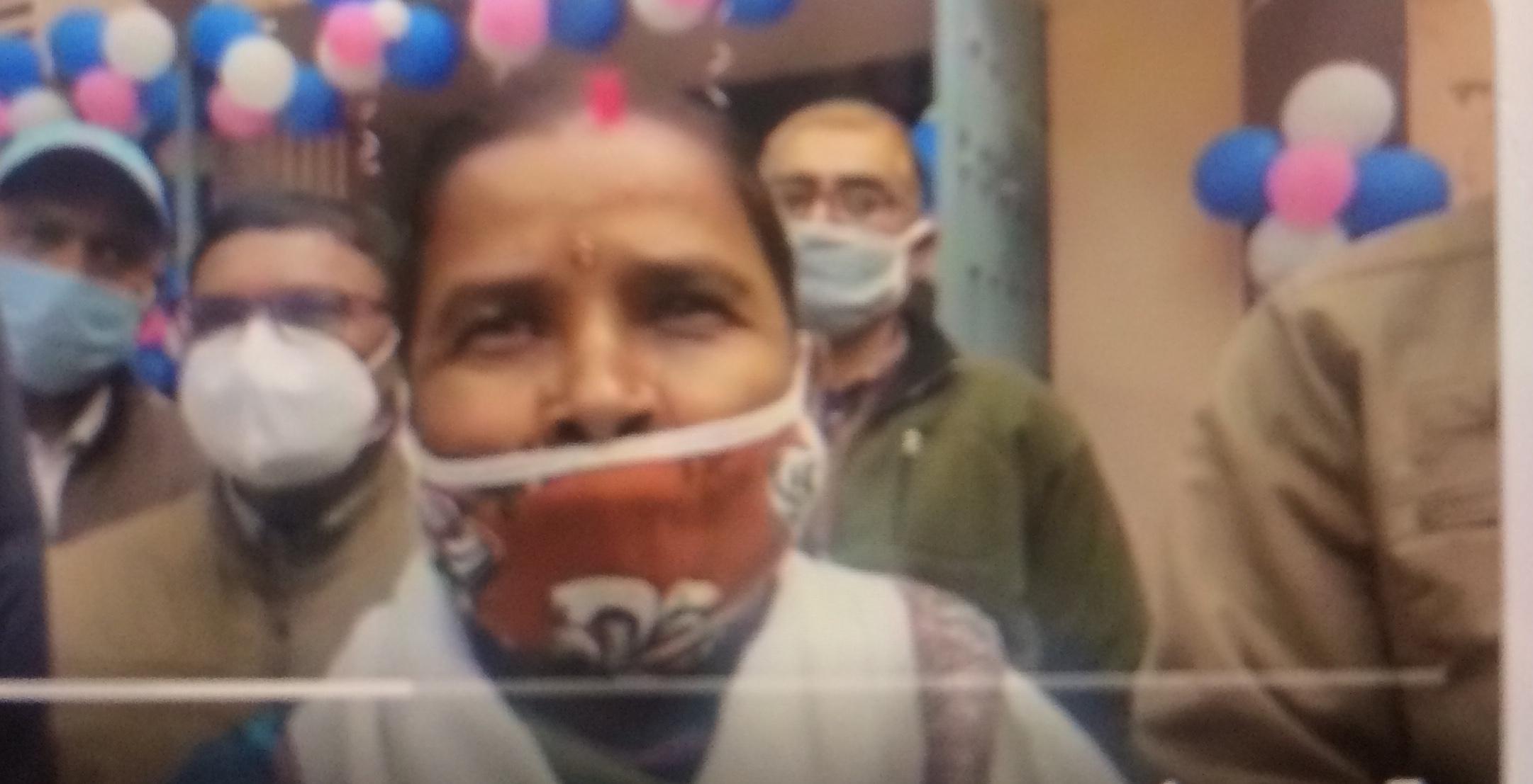 <p>Koderama में पहला टीका लेने के बाद सदर अस्पताल की सफाई कर्मी कुसुम देवी ने कहा कि पहले उनके मन में भ्रम जरूर था लेकिन टीका लेने के बाद उन्हें किसी तरह की परेशानी नहीं हुई है और…
