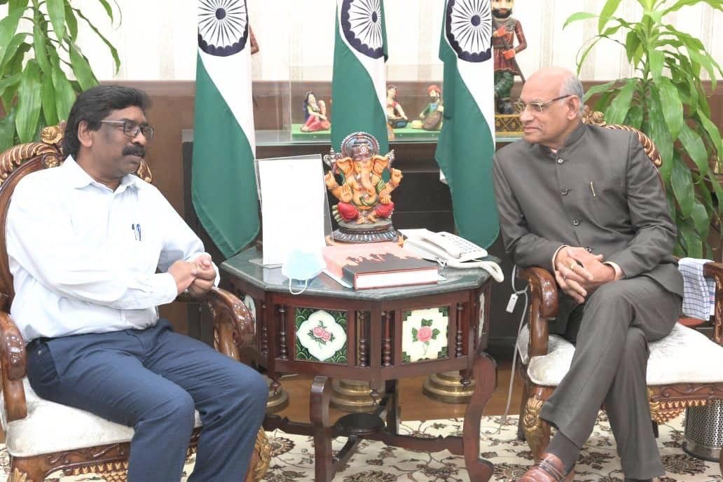 <p>माननीय राज्यपाल श्री रमेश बैस से आज राज्य के माननीय मुख्यमंत्री श्री हेमन्त सोरेन ने राज भवन में शिष्टाचार भेंट की। उक्त अवसर पर उन्होंने राज्यपाल महोदय को राज्य में संचालित विभिन्न…