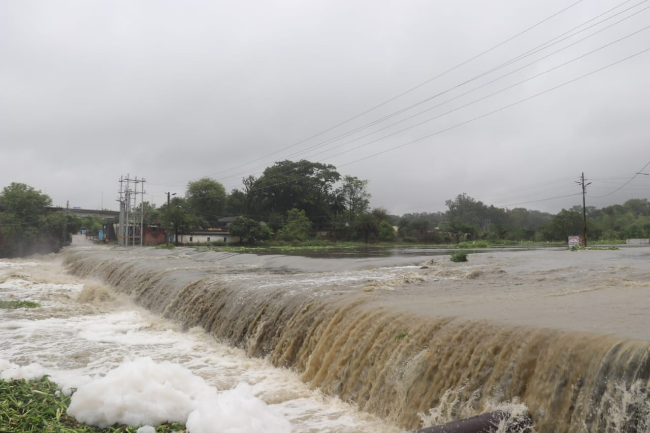 <p>Water of the river Swarnarekha river near Namkom in Jharkhand's capital city Ranchi was flowing over the bridge and on the road.</p>
