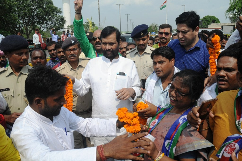 <p>Union Minister for Consumer Affairs, Food and Public Distribution Ram Vilas Paswan being welcomed by party workers during his arrival at Birsa Munda airport in Ranchi on Friday.</p>…
