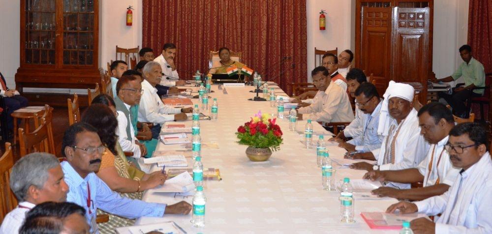 <p>माननीया राज्यपाल द्रौपदी मुर्मू ने आज राज भवन में 'हो' जनजाति समुदाय के लोगों के साथ सरकार की विभिन्न विकास कार्यों एवं योजनाओं के कार्यान्वयन की समीक्षा की |</p>