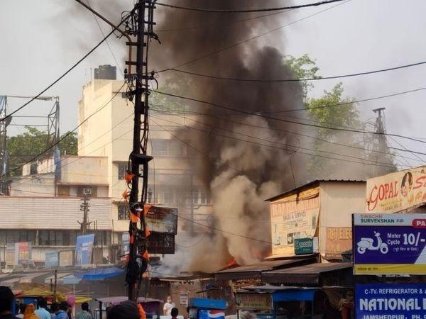 <p>जमशेदपुर के टैंक रोड स्थित 8 दुकानों में शुक्रवार की दोपहर आग लग गई। इससे दो दुकानों में रखे लगभग 10 लाख रुपए के सामान पूरी तरह राख हो गए। वहीं 6 दुकानों को आंशिक नुकसान पहुंचा…