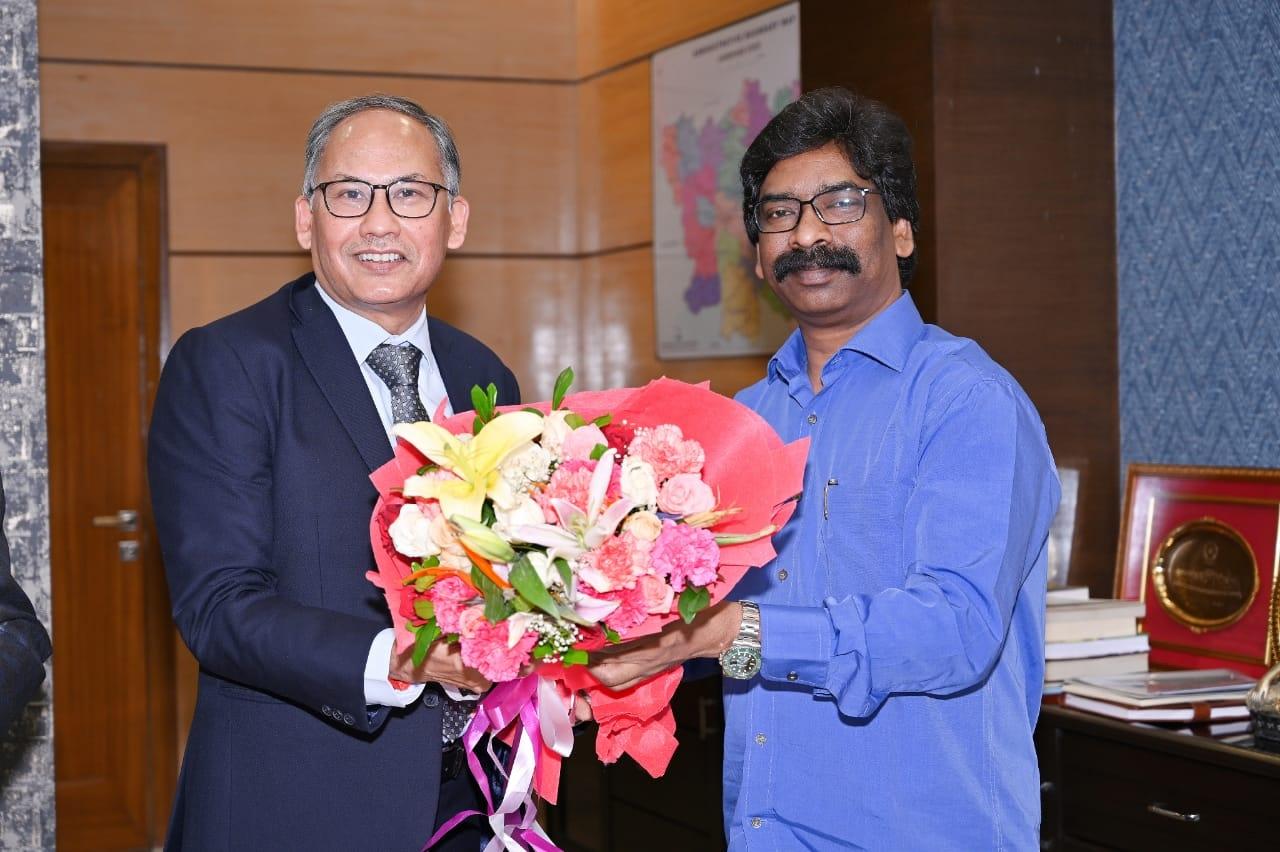 <p>मुख्यमंत्री श्री हेमन्त सोरेन से झारखंड मंत्रालय में आज नेशनल मिनरल डेवलपमेंट कॉरपोरेशन (एनएमडीसी) के सीएमडी श्री सुमित देव ने मुलाकात की। मुख्यमंत्री से यह उनकी शिष्टाचार भेंट…