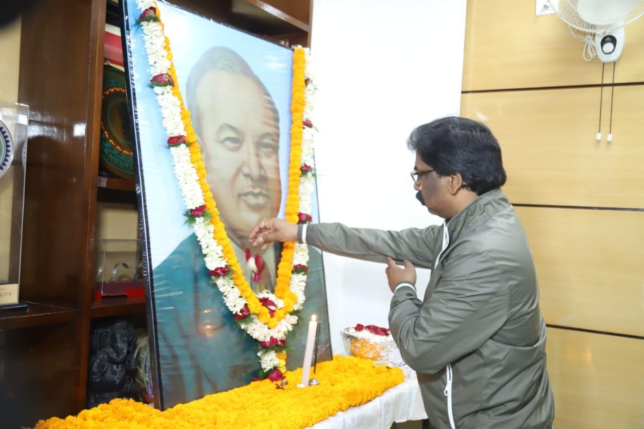 <p>मुख्यमंत्री श्री हेमन्त सोरन ने मरङ गोमके जयपाल सिंह मुंडा की जयंती के अवसर पर उनकी तस्वीर पर पुष्पांजलि अर्पित कर उन्हें नमन किया।</p>
