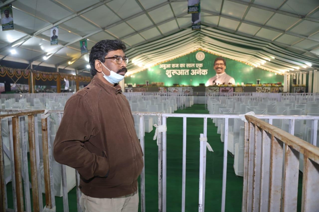 <p>मुख्यमंत्री श्री हेमन्त सोरेन देर रात पहुंचे मोरहाबादी मैदान, सरकार की पहली वर्षगांठ पर 29 दिसंबर को आयोजित होने वाले कार्यक्रम की तैयारियों का किया निरीक्षण।</p>