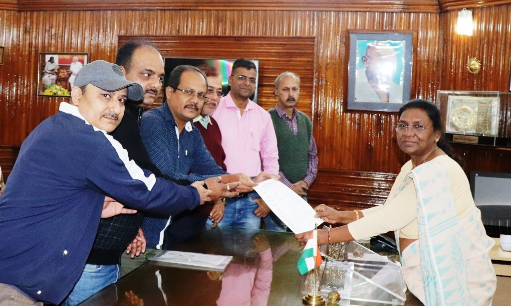 <p>Under the leadership of Rajesh Kumar Singh, President of the Press Club, Ranchi, a team of journalists met with the Governor Draupadi Murmu today at Raj Bhawan and presented her…