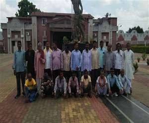 <p>After 21 prisoners were released from Birsa Munda Central jail,they met relatives.All of them were in cheers.</p>