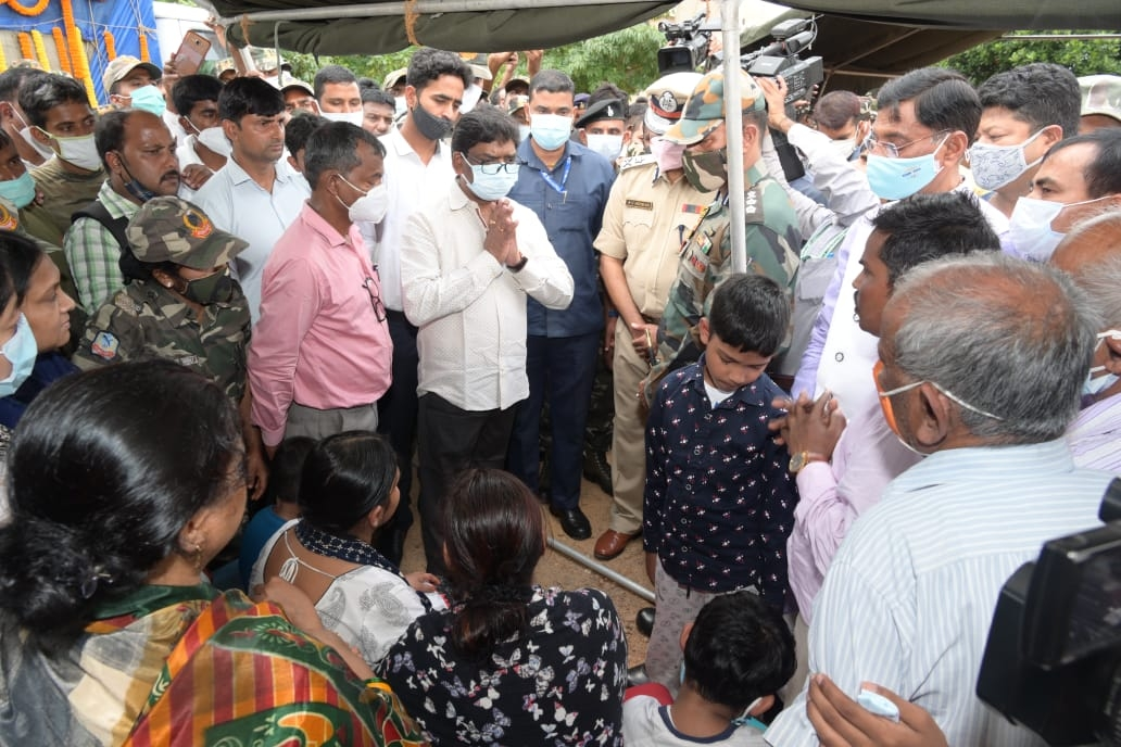 <p>रांची के सुकुरहुट्टू स्थित जगुआर हेडक्वार्टर में नक्सली हमले में शहीद हुए डिप्टी कमांडेंट राजेश कुमार के पार्थिव शरीर पर पुष्पचक्र अर्पित कर श्रद्धांजलि देते हुए मुख्यमंत्री श्री…