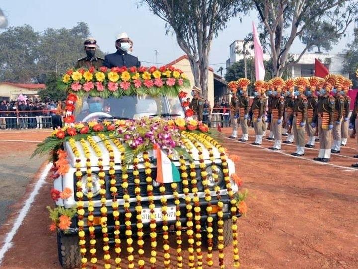 <p>मुख्यमंत्री हेमंत सोरेन ने गणतंत्र दिवस पर दुमका स्थित पुलिस लाइन में झंडोत्तोलन किया। सीएम ने परेड का निरिक्षण किया। सीएम ने राज्यवासियों को 72वें गणतंत्र दिवस की शुभकामनाएं दी।…