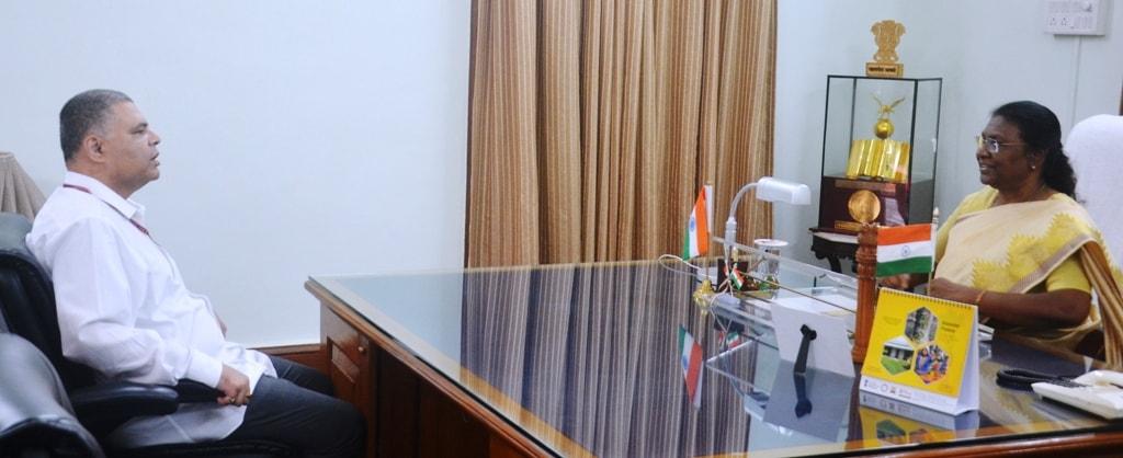 <p>माननीया राज्यपालद्रौपदी मुर्मू से आज दिनांक 18/07/2018 को भारतीय विदेश सेवा के पदाधिकारी ओम प्रकाश ने मुलाकात की |</p>