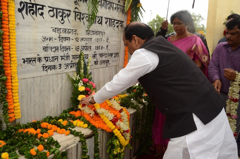 <p>On the  anniversary of Thakur Vishwabath Sahdeo who had fought against the British rule in 1857,Chief Minister Raghubar Das offered floral tribute to him and spoke about his…