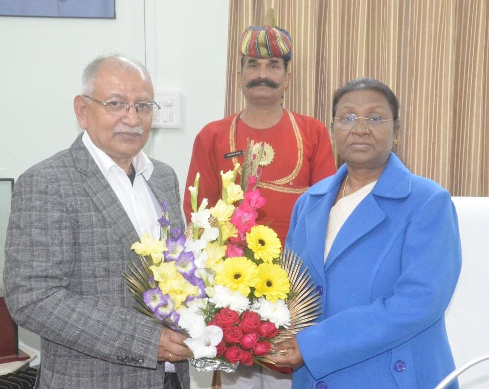 <p>माननीया राज्यपाल द्रौपदी मुर्मू से आज राँची विश्वविद्यालय के कुलपति रमेश पाण्डे ने राजभवन में मुलाकात की। यह एक शिष्टाचार भेंट थी।</p>