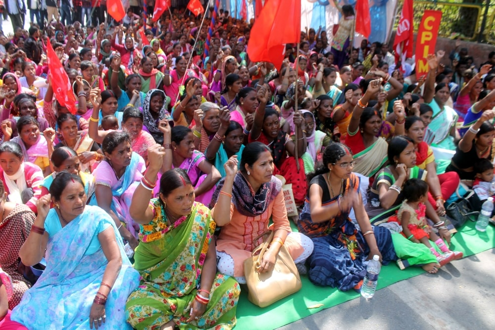 <p>CPIM party workers today staged a dharna in front of Rajbhawan in Ranchi.</p>