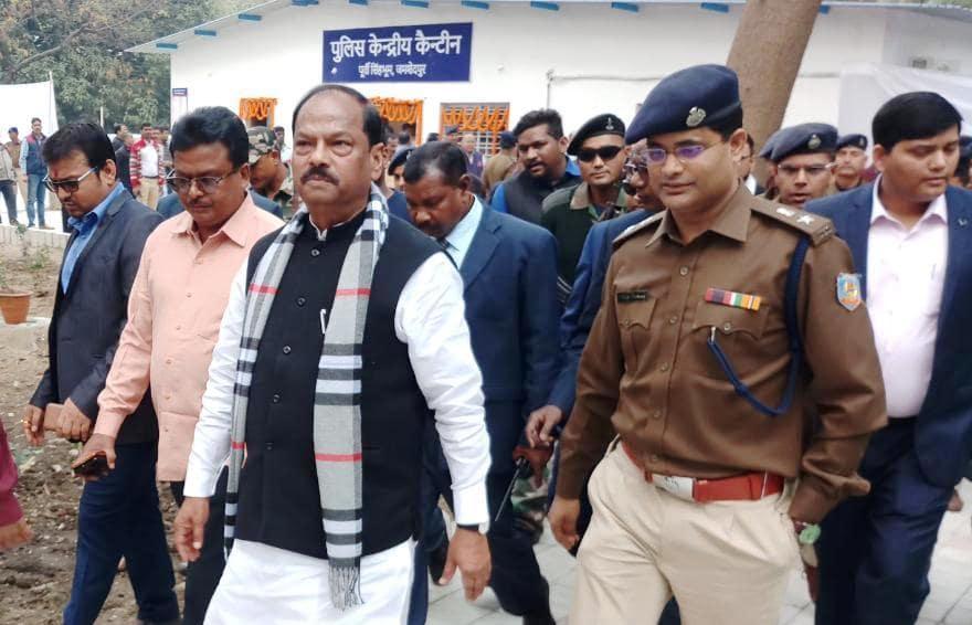 <p>मुख्यमंत्री ने आज दिनांक 14/01/2019 को जमशेदपुर में पुलिस केंद्रीय कैंटीन का लोकार्पण किया। इस अवसर पर उपायुक्त अमित कुमार, वरीय आरक्षी अधीक्षक अनूप बिरथरे, पुलिस अधीक्षक नगर प्रभात…