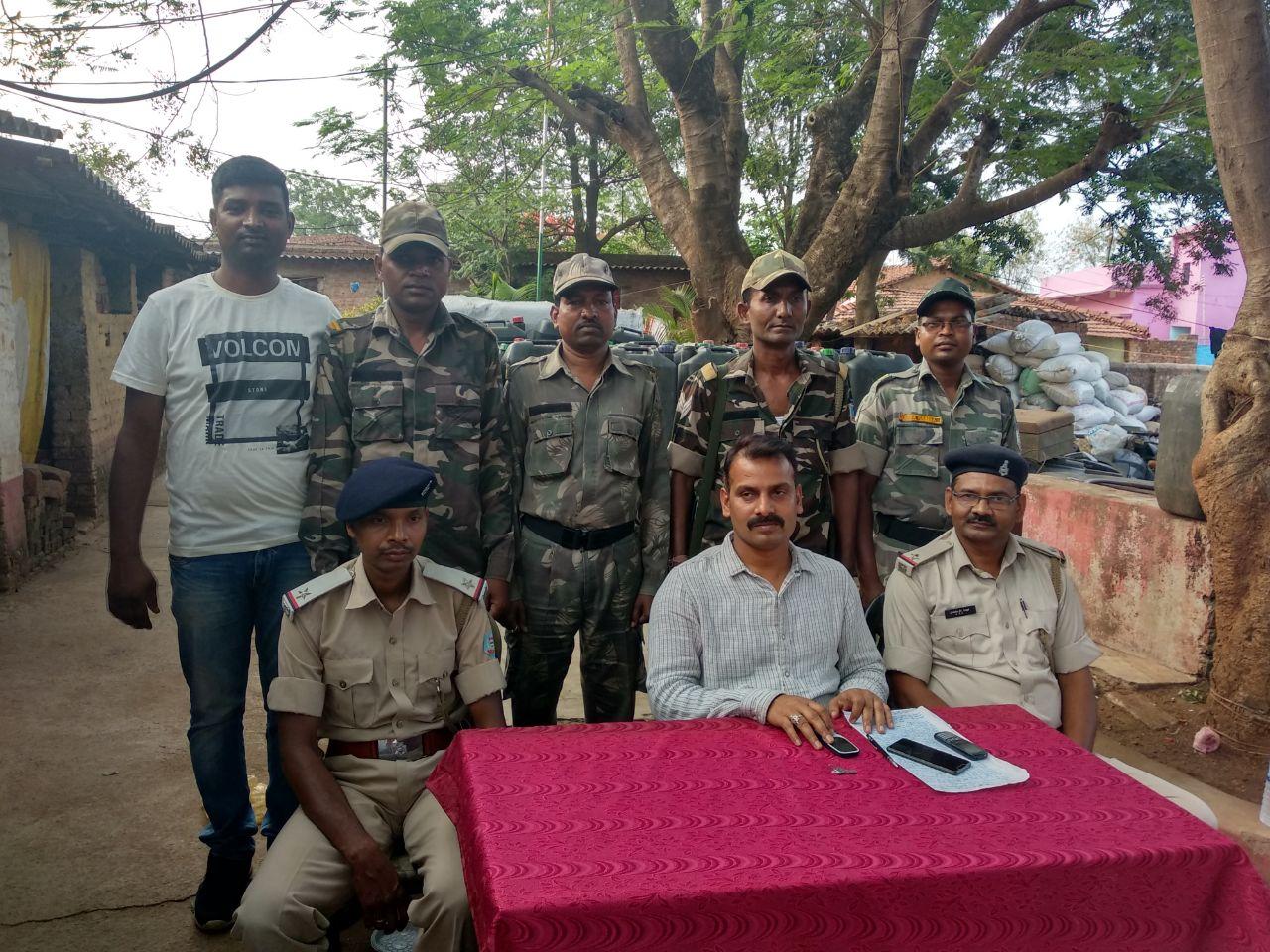 <p>नगड़ी थाना प्रभारी राम नारायण सिंह ने आज प्रेस कॉन्फ्रेंस कर पत्रकारों को बताया की गुप्त सूचना के आधार पर एड़चोरो निवासी रुस्तम अंसारी के घर से 875 लीटर स्प्राइट…