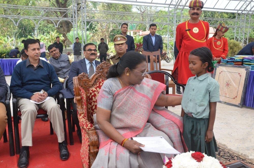 <p>माननीया राज्यपाल द्रौपदी मुर्मू ने आज गिरिजा ट्रस्ट द्वारा संचालित शान्ति स्वरूप विद्यालय, सीमर टोली, काँके के बच्चों को राज भवन आमंत्रित कर उन्हें प्रोत्साहित किया.</p>