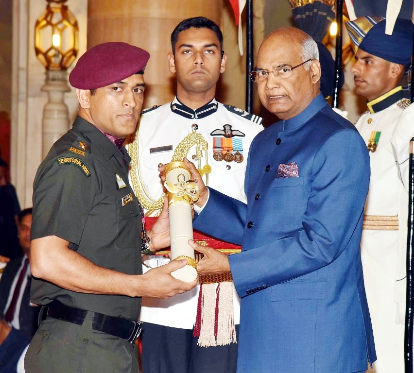 <p>President Ram Nath Kovind confers Padma Bhushan to Mahendra Singh Dhoni during Padma Bhushan Award 2018 at Rashtrapati Bhavan, in New Delhi on Monday.</p>