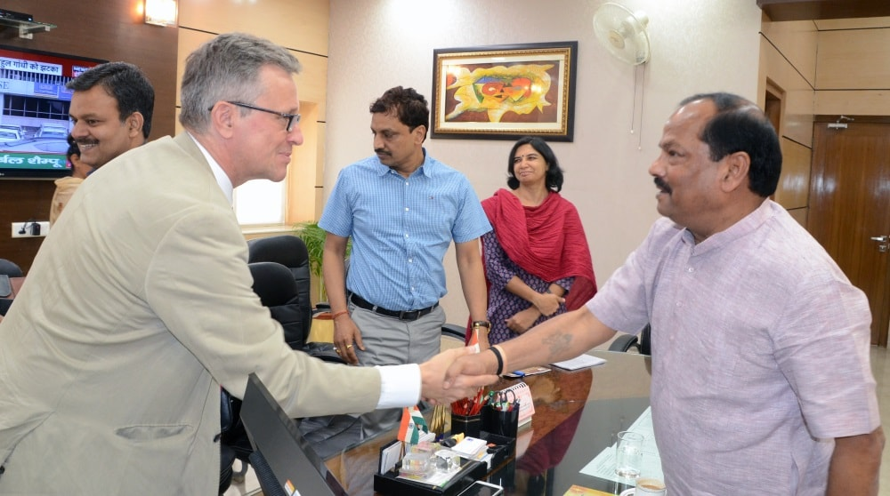 <p>UK Deputy High Commissioner Bruce Bucknell met Jharkhand CM Raghubar Das in Ranchi and shook hand with him.</p>