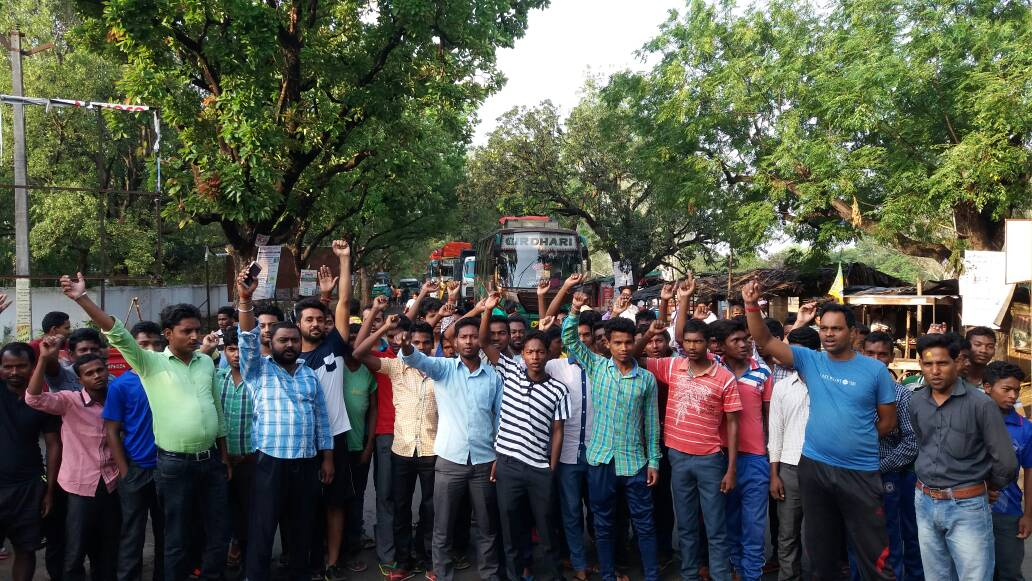 <p>Jharkhand Vikas Morcha activists held Chakka Jam disrupting traffic along NH 33 near Ramgarh and Godda district.They were shouting anti Raghubar Das government slogans and demanding…