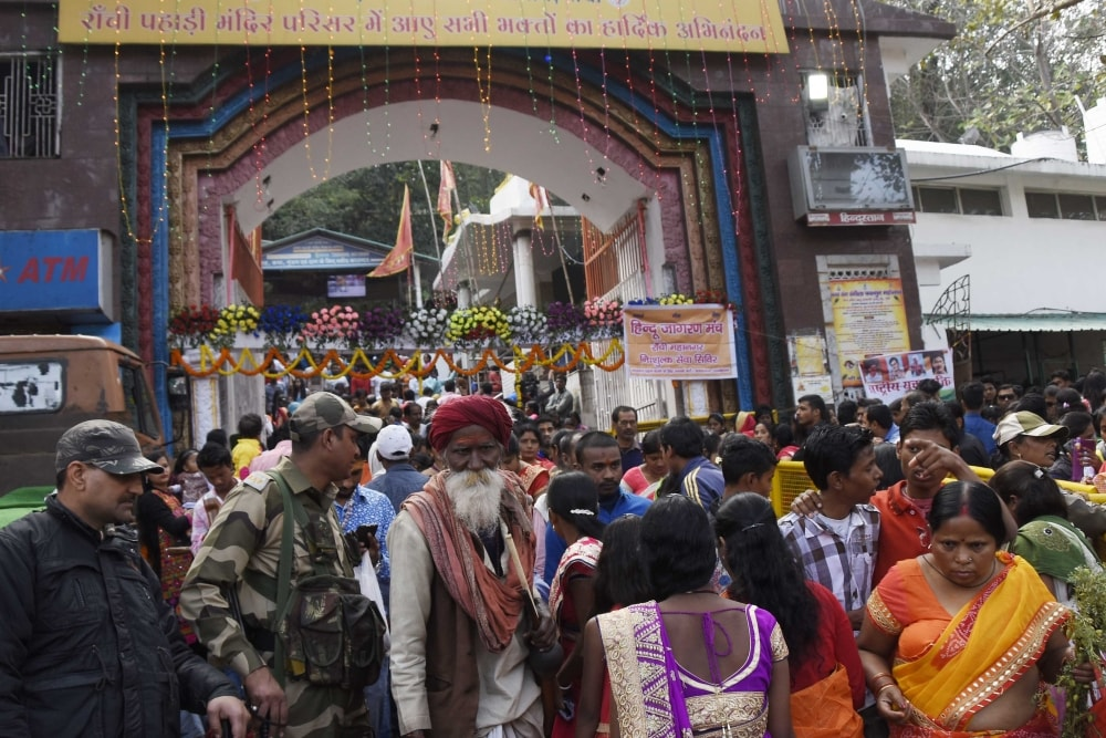 <p>Devotees arrives at Pahari Mandir to ritual Shiva on the occasion of Mahashiva Ratri festival in Ranchi on Wednesday.</p>