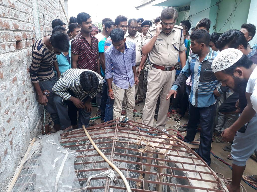 <p>जामताड़ा न्यू पाकडीह मोहल्ला में कुआं सफाई करने के नीचे उतरे तीन लोगों की मौत हुई है। मौत का कारण दम घुटने से बताया जा रहा है। प्राप्त जानकारी के अनुसार कुआं में शायद जहरीली…