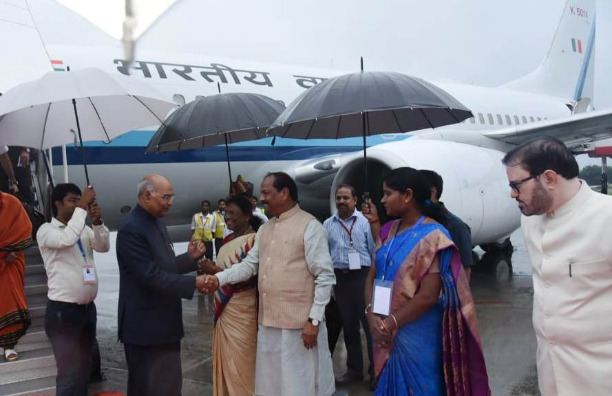 <p>On his arrival in Ranchi, President, Ram Nath Kovind was welcomed by the Governor Draupadi Murmu and Chief Minister Raghubar Das at Ranchi Airport on dated 28/09/2019.</p>
