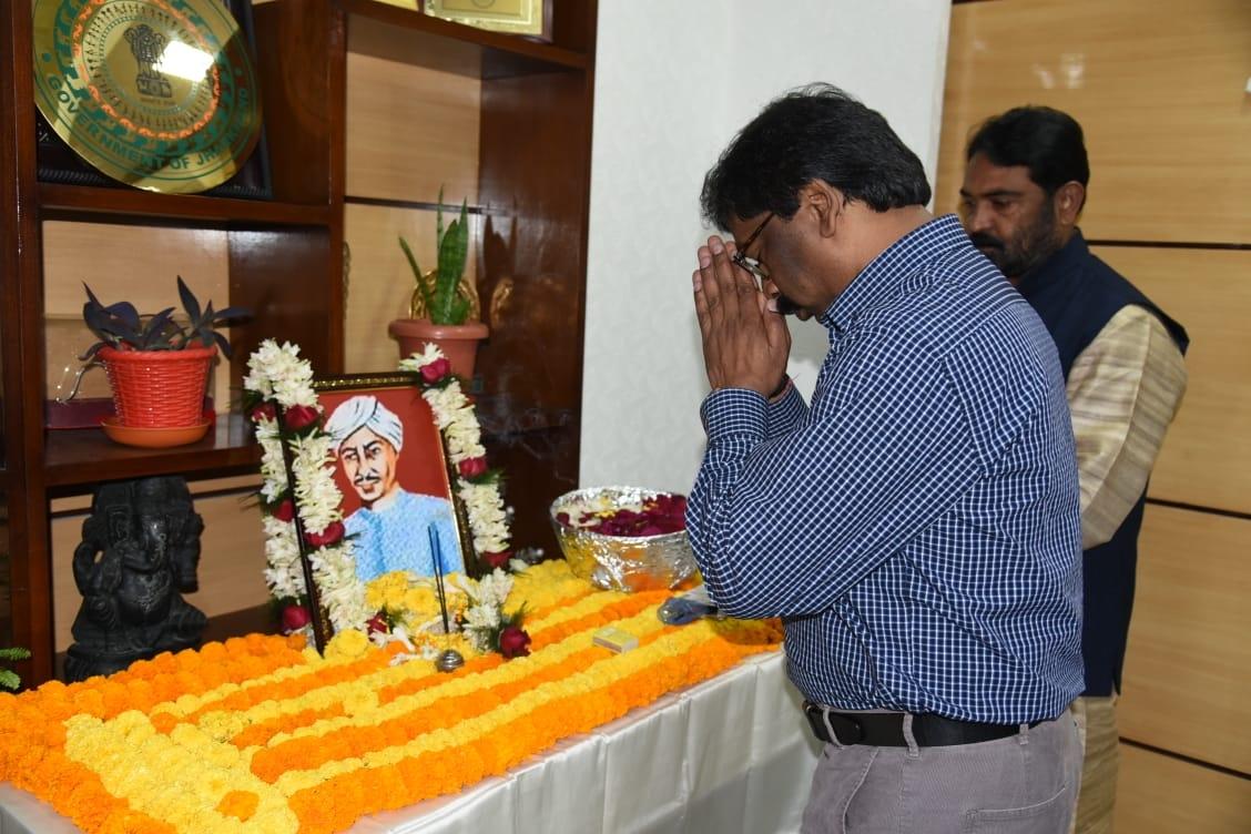 <p>अमर शहीद पांडेय गणपत राय की जयंती के अवसर पर उनकी तस्वीर पर माल्यार्पण कर श्रद्धा सुमन अर्पित करते हुए मुख्यमंत्री श्री हेमन्त सोरेन ।</p>