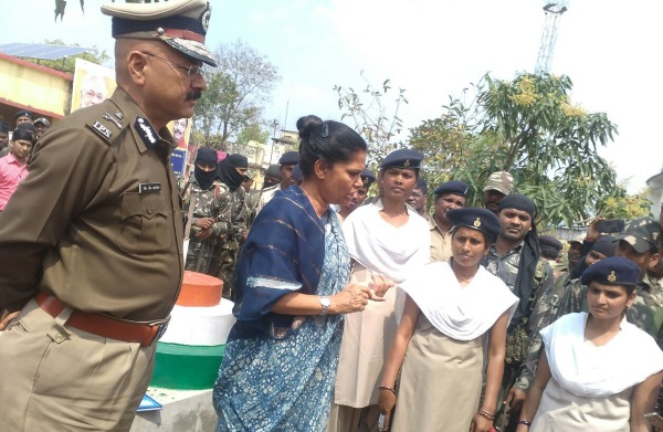 <p>Jharkhand Chief Secretary Rajbala Verma and DGP D.K.Pandey visited Maoist hit Kunda village in Chatra district and reviewed 13 development projects under 'Focus Area Development…
