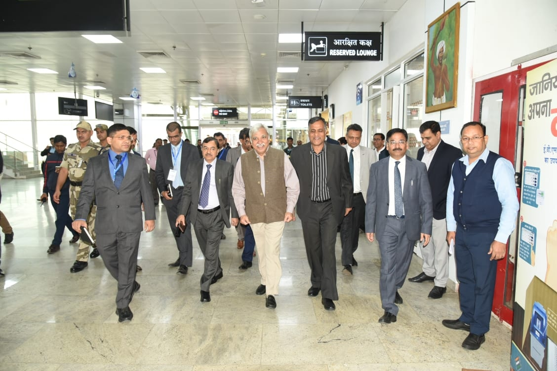 <p>The Election Commission team led by Chief Election Commissioner Sunil Arora reached Ranchi today on a two-day tour on dated 20/11/2019.</p>