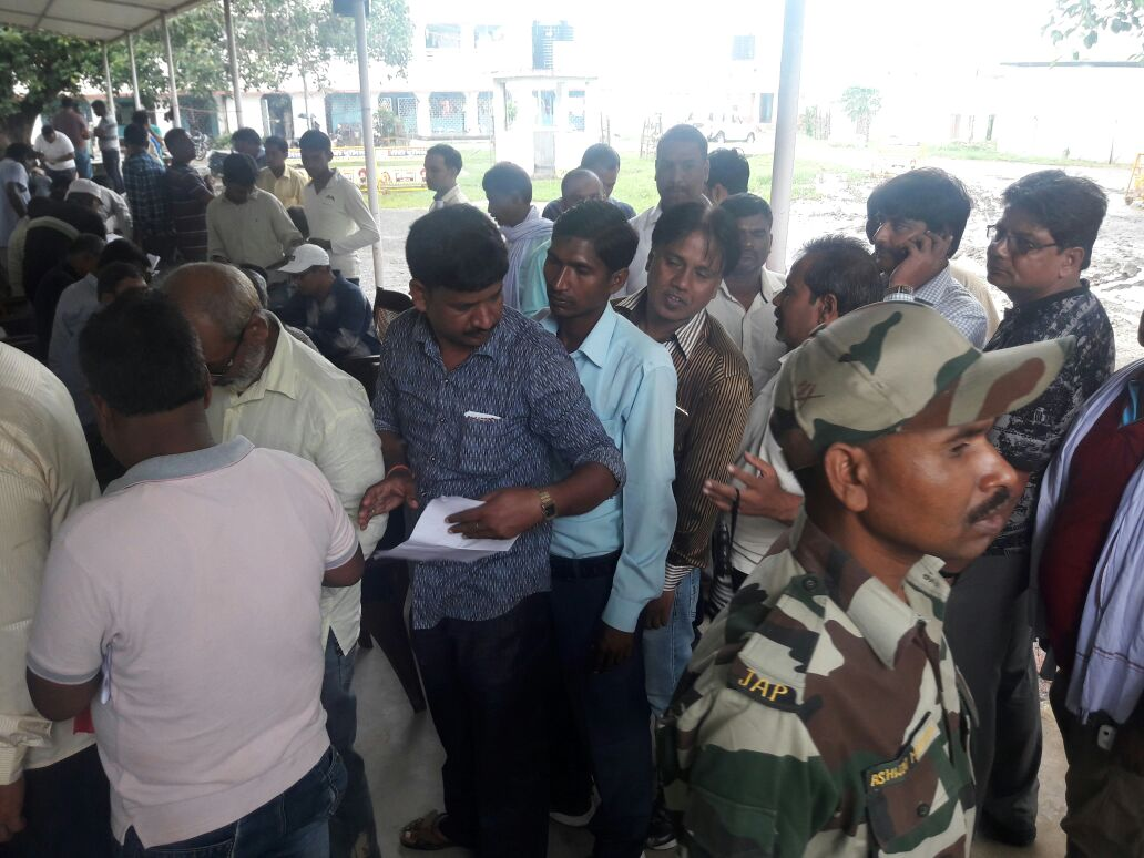 <p>People gather in hordes to buy old vehicles at Ranchi police station</p>