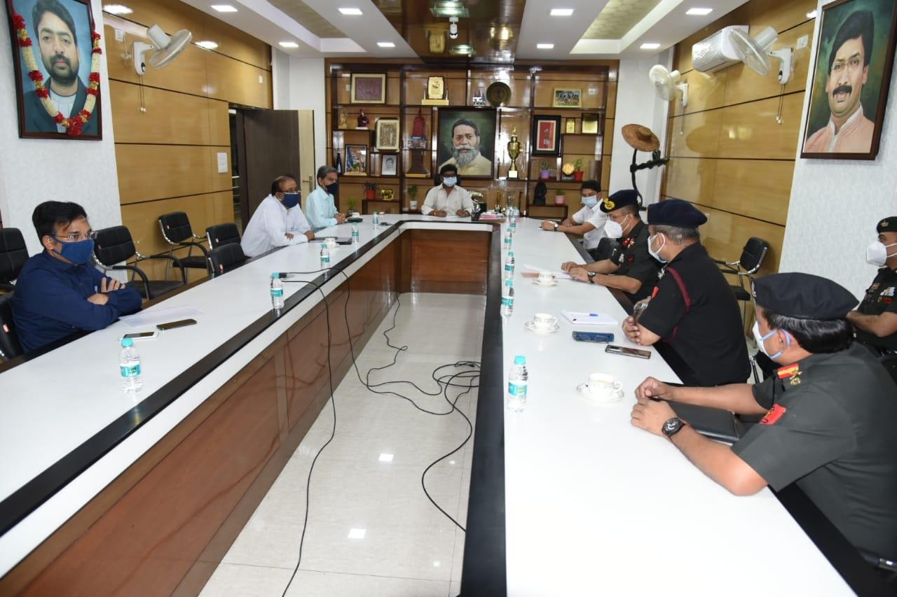 <p>मुख्यमंत्री आवासीय कार्यालय में कोरोना के बढ़ते संक्रमण को लेकर सेना के उच्च अधिकारियों के साथ बैठक करते हुए मुख्यमंत्री श्री हेमन्त सोरेन ।</p>