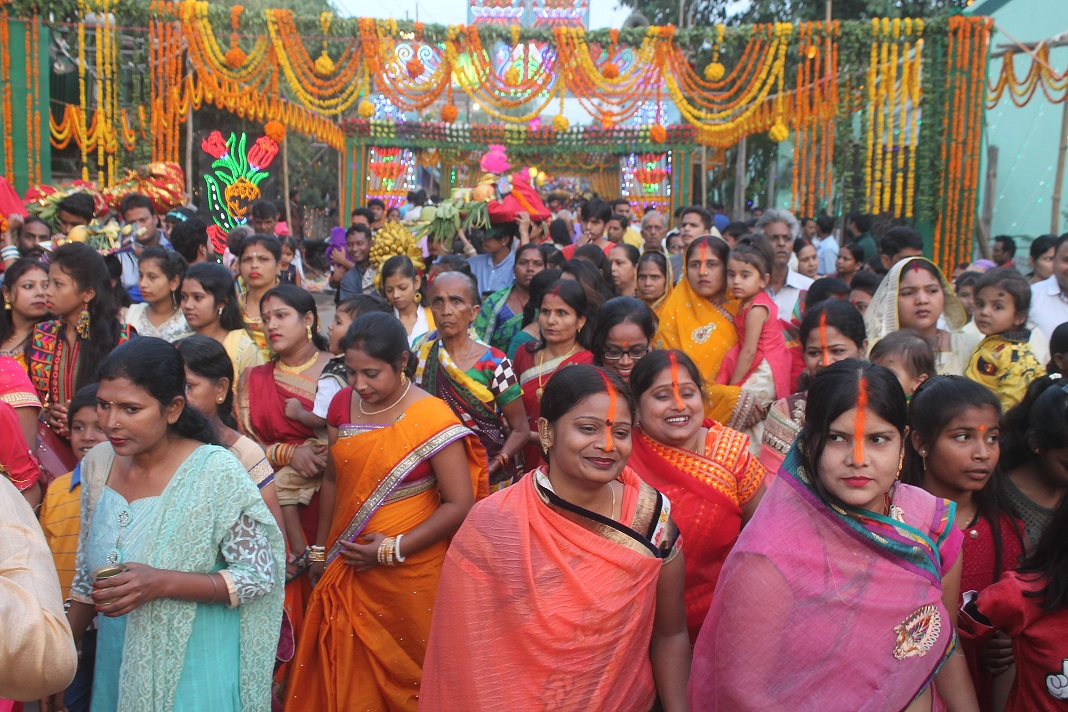 <p>Women perform puja on the occasion of Chhath puja in Ranchi on Thursday.</p>