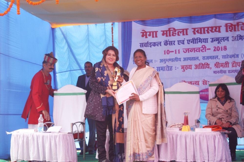<p>संथाल परगना में लगातार लगाये जा रहे मेगा महिला स्वास्थ्य शिविर के लिए माननीया राज्यपाल द्रौपदी मुर्मू ने डॉ. भारती कश्यप को समानित किया</p>